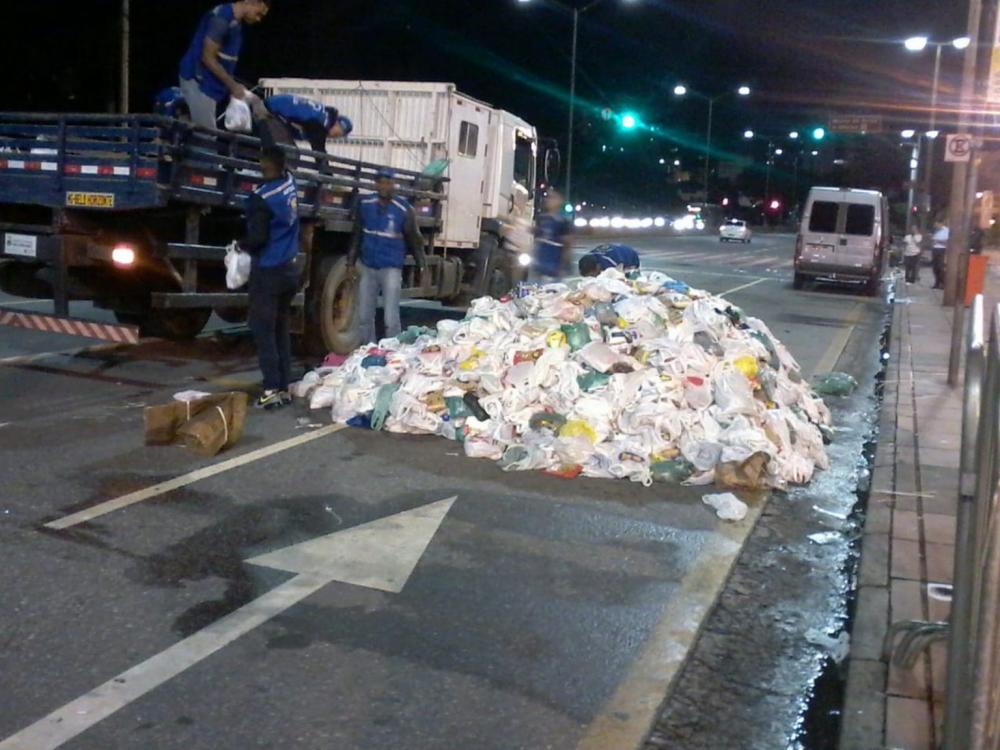 Grande quantidade de alimentos arrecadados em show são 'abandonados' na rua em BH