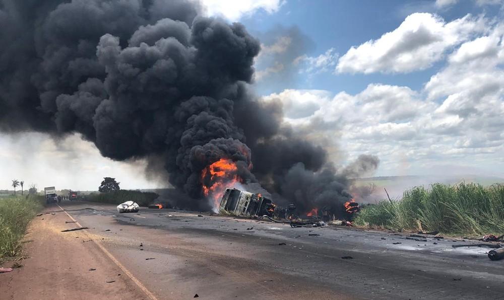 Grave acidente entre caminhão e carreta deixa um morto em Campo Grande