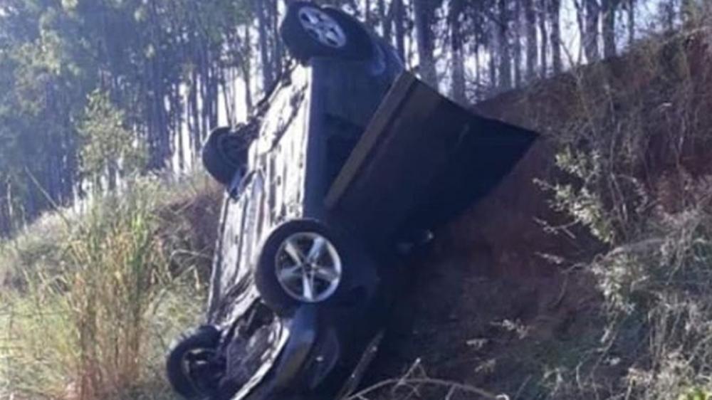 Condutor perde o controle da direção e capota veículo na SP-294