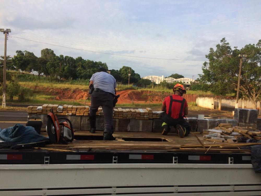 Polícia Rodoviária apreende carga de maconha em carroceria de caminhão na SP-294