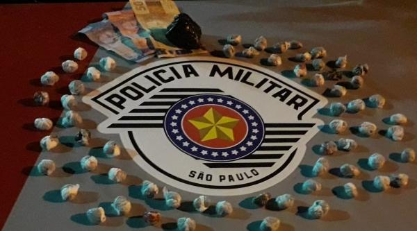 Dupla é presa por tráfico de drogas e menor de idade usado na entrega dos entorpecentes é apreendido