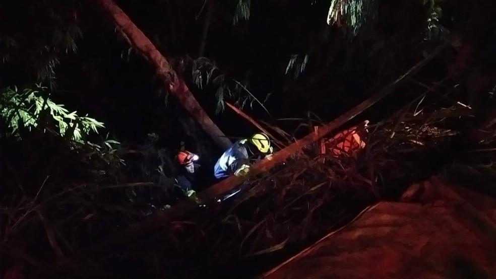 Três mulheres ficam feridas após veículo cair em barranco em Osvaldo Cruz